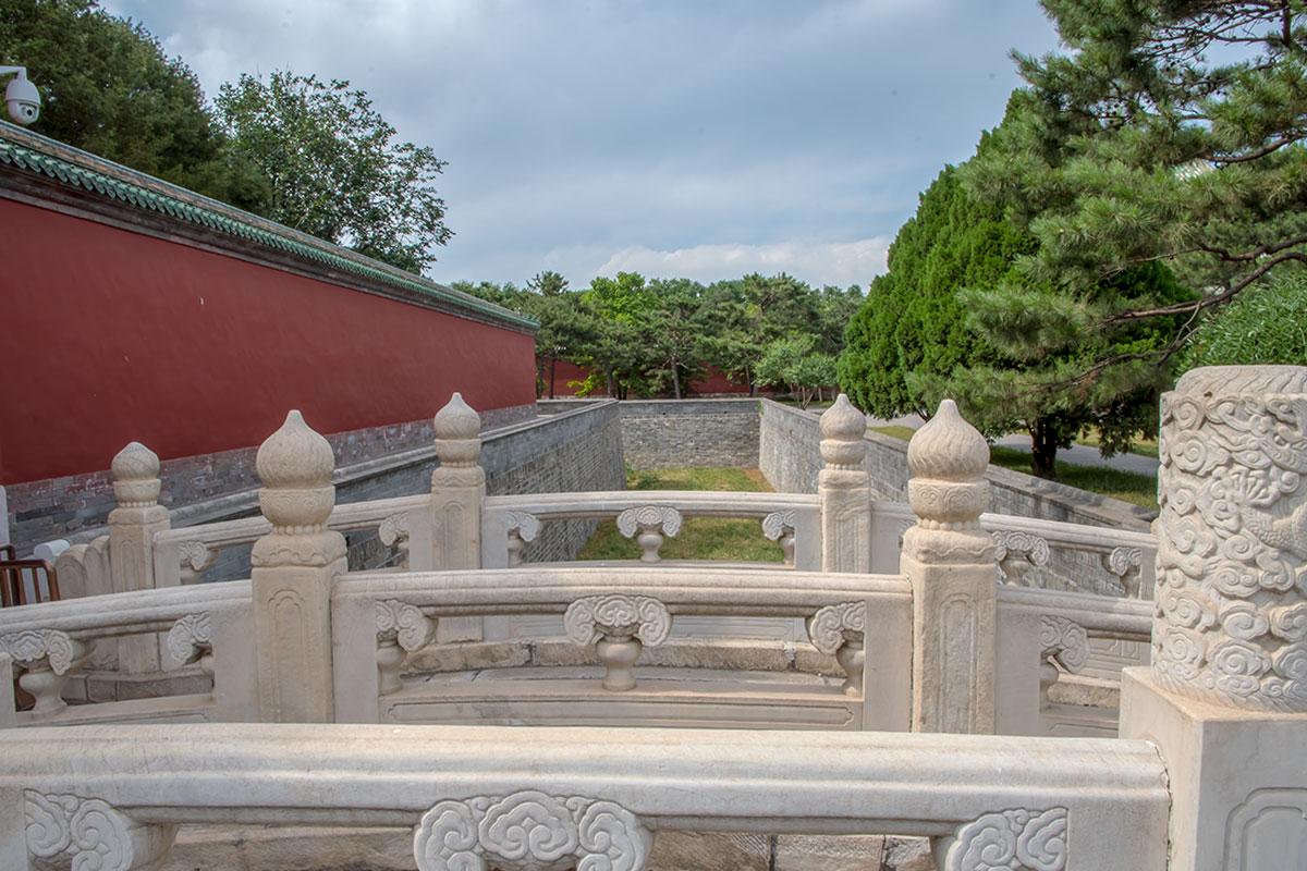 Мраморные перекидные мостики через пересохшие рвы перед Дворцом Воздержания демонстрируют пример камнерезного мастерства.