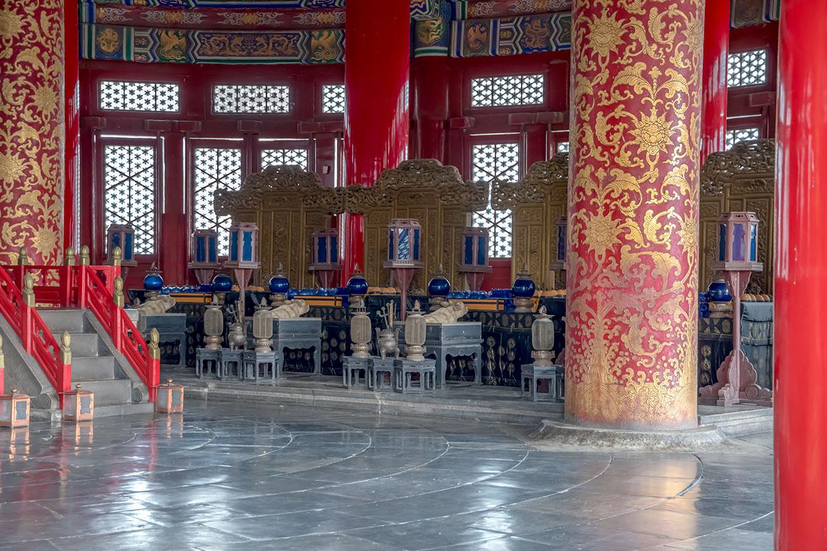 Зеленоватый мрамор полового покрытия в Храме урожая – единственный значимый конструктивный элемент земной окраски.