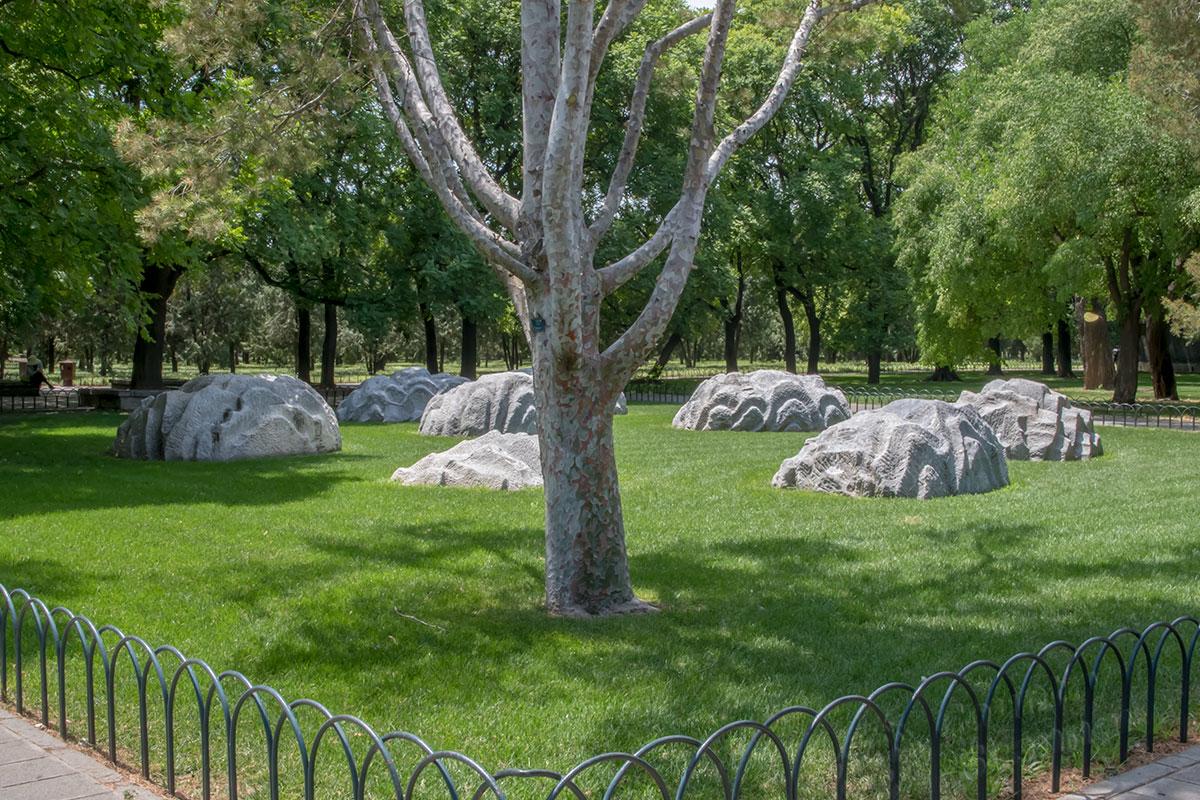 Уложенные на травяную лужайку Камни Семи Звезд – один из многочисленных примечательных объектов религиозного святилища, Храма Неба.
