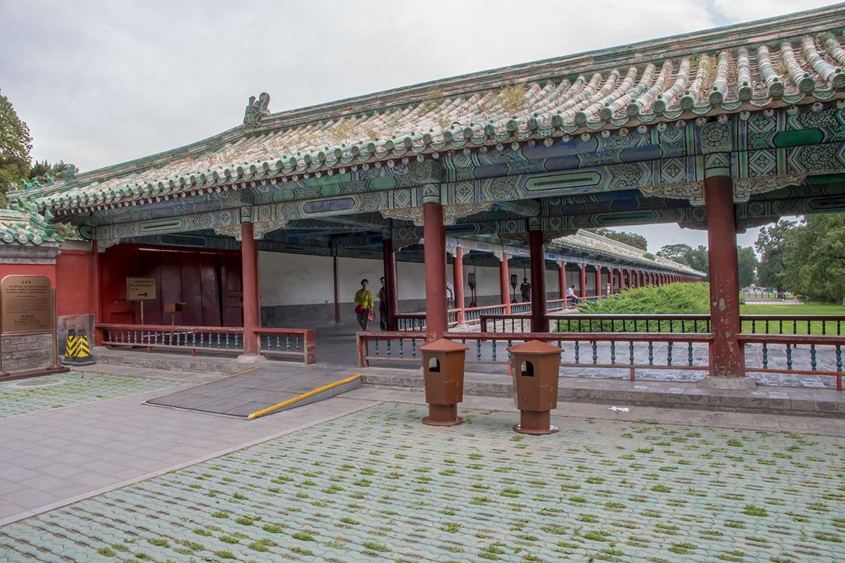 Крытая галерея с многочисленными колоннами, каковой стал Длинный коридор Храма Неба в современном исполнении, протянулась более чем на 300 метров.