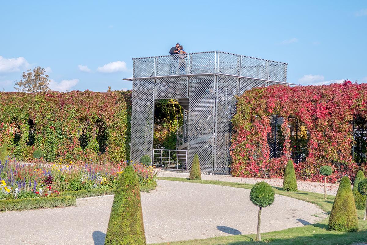Дальняя от дворцового здания часть Кронпринценгартен украшена павильоном необычного устройства, снабженного смотровой площадкой и винтовой лестницей.