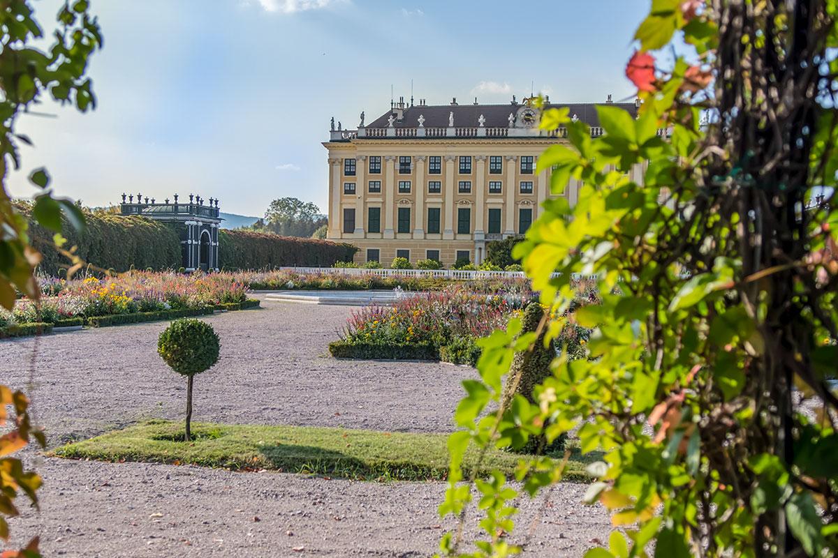 Фото от боковой перголы Кронпринценгартен в сторону аналогичной противоположной, с цветниками среди регулярного партера, оказывается самым привлекательным.