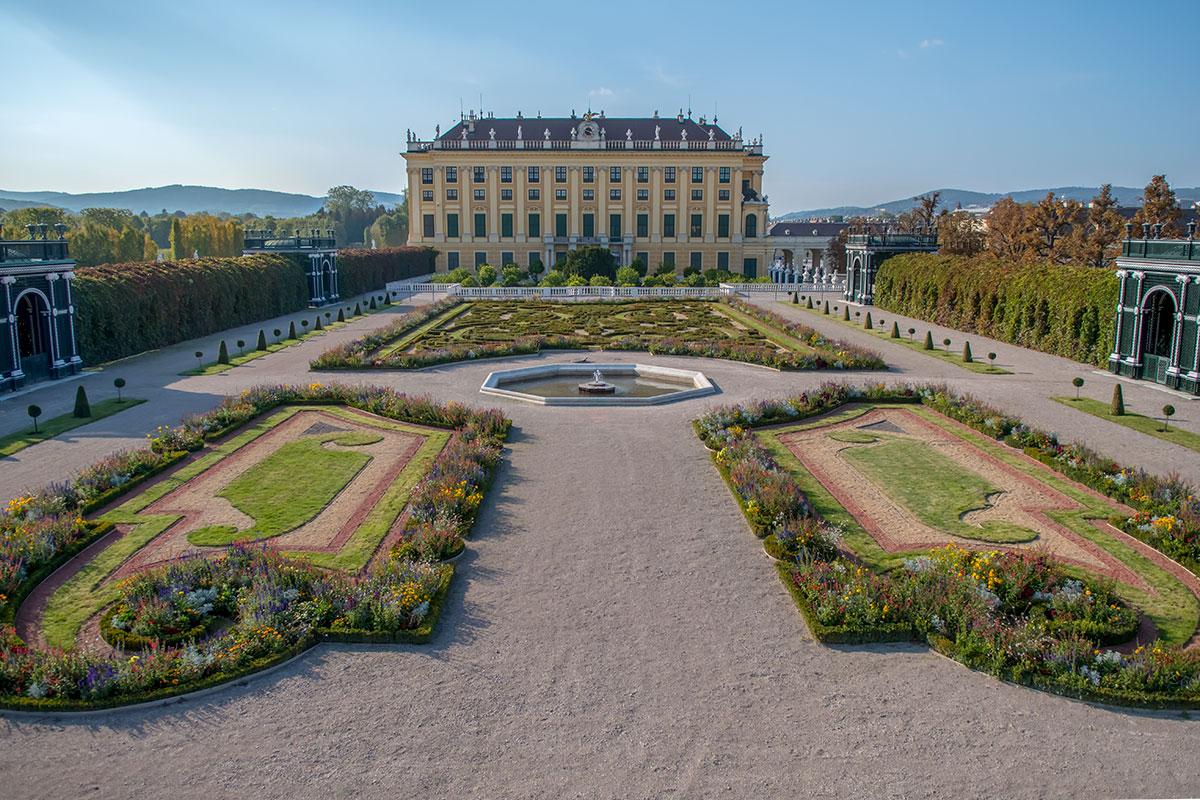 Смотровая площадка центрального павильона Кронпринценгартен дает возможность осмотреть целиком всю его территорию, оценить симметричность всех элементов.