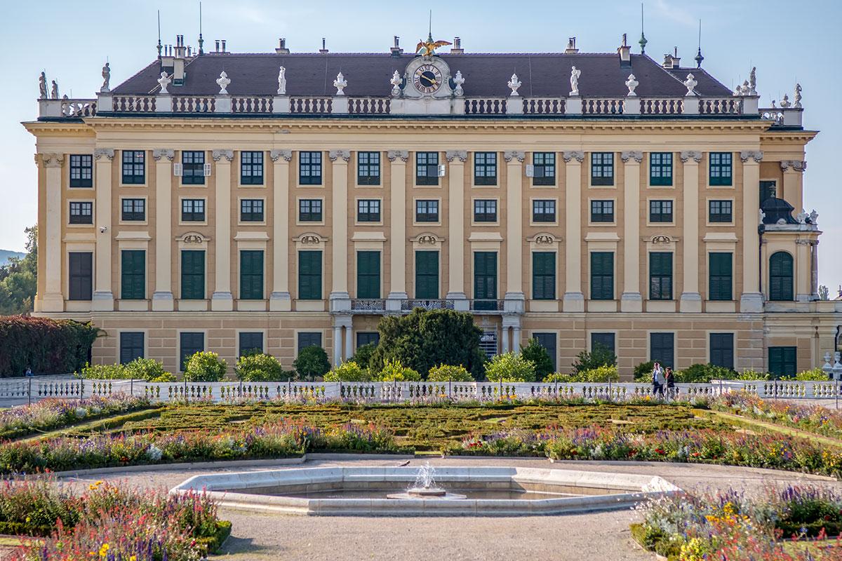 От центрального фонтана на территории Кронпринценгартен хорошо просматриваются архитектурные детали оформления восточного корпуса дворца.