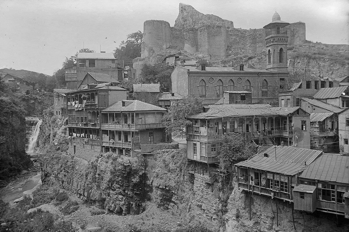 Старинная фотография запечатлела облик ущелья Легвтахеви более чем вековой давности, старые жилища с балконами и окрестные достопримечательности.