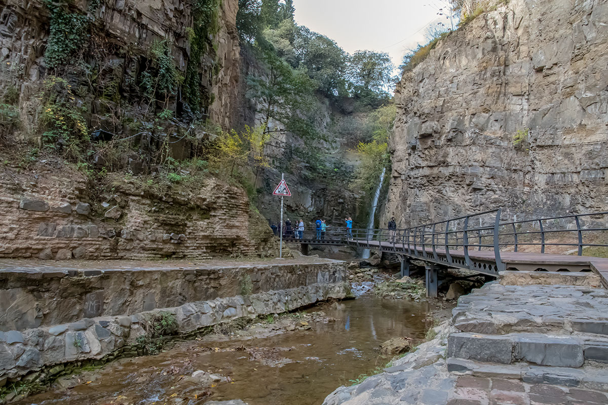 Украшением ущелья Легвтахеви, да и всего Тбилиси считается его замечательная природная достопримечательность, ниспадающий водный поток речки Цавкисисцкали.