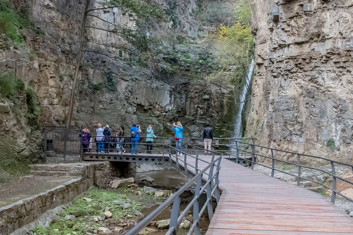 Безопасным для посетителей ущелье Легвтахеви делает смотровой мостик, расположенный вне зоны возможного падения камней с отвесного горного массива.