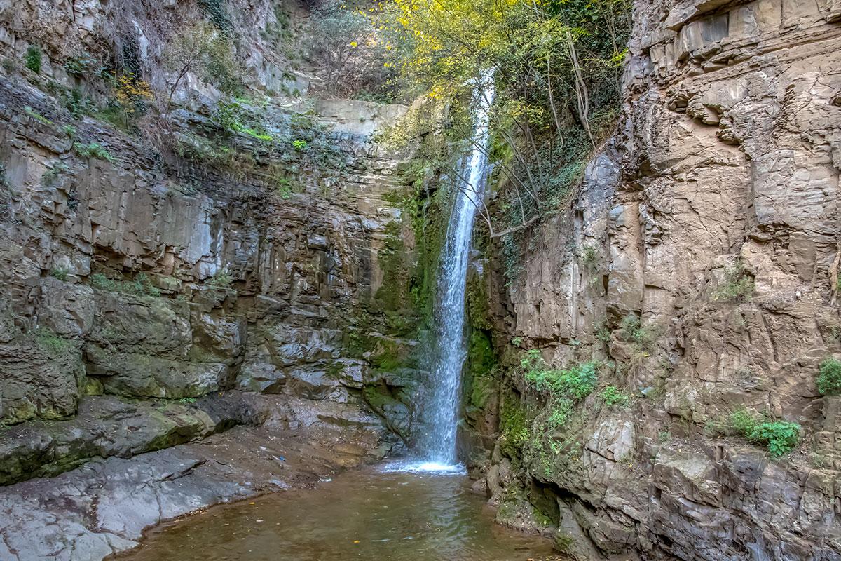 Ущелье Легвтахеви популярно среди местных жителей и приезжих туристов необычным для крупного города натуральным водопадом.