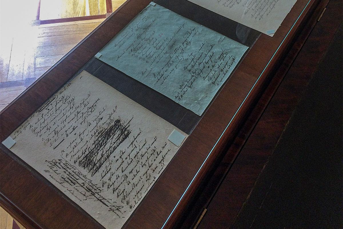 Выдающийся экспонат, который Музей-лицей Пушкина демонстрирует публике – индивидуальный библиотечный стол великого литератора.