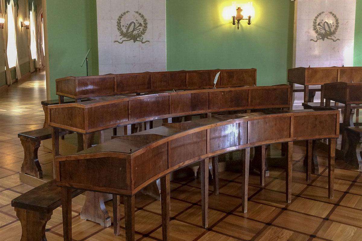 Музей-лицей Пушкина восстановил в первоначальном состоянии несколько учебных классов, разительно отличающихся от современных.