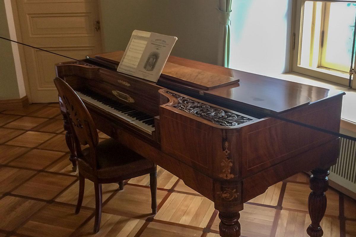 На старинном фортепьяно в музыкальном кабинете Музей-лицей Пушкина демонстрирует гимн учебного заведения, написанный Антоном Дельвигом.