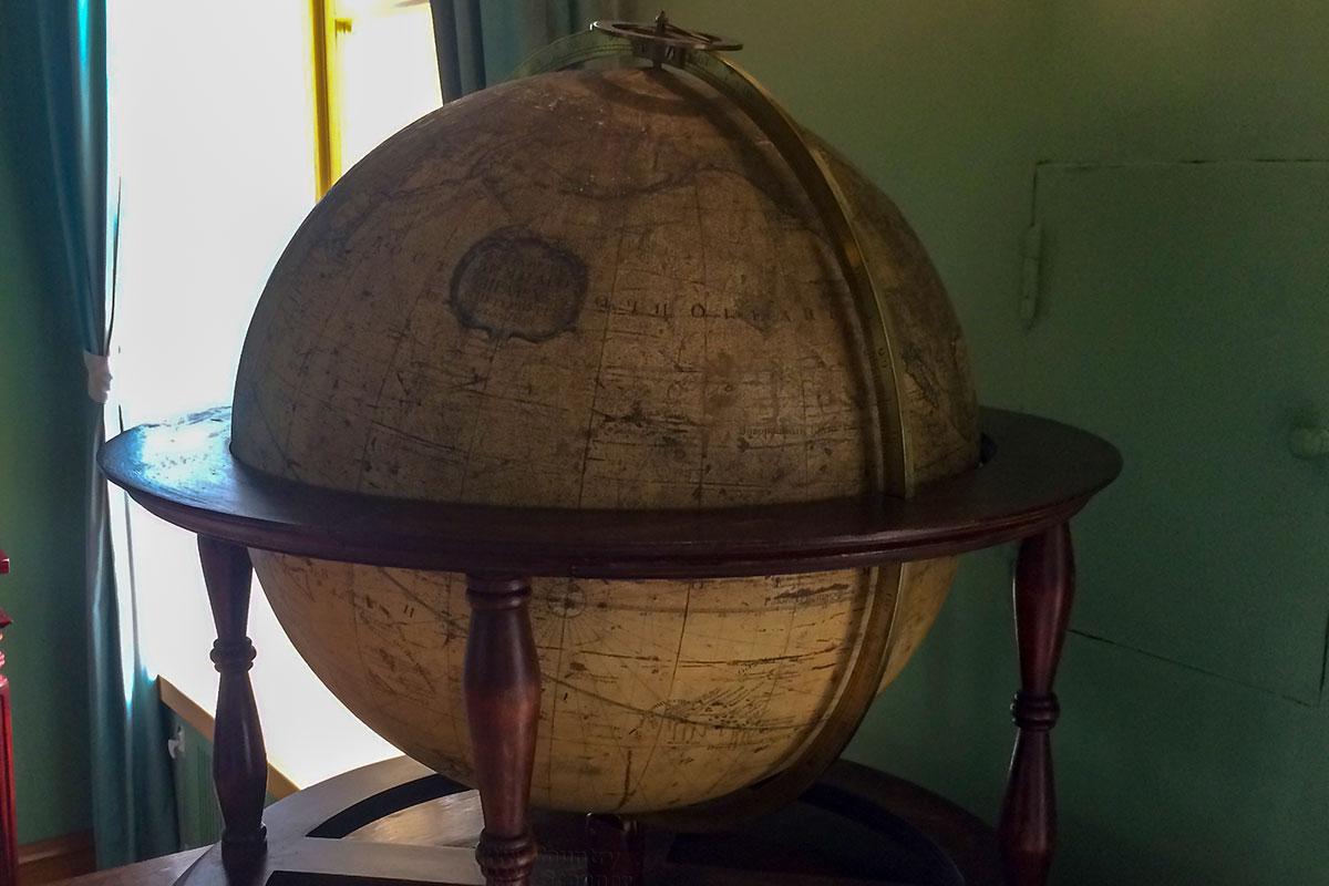 Среди сохранившихся со времен учебы Александра Сергеевича наглядных пособий Музей-лицей Пушкина демонстрирует старинный глобус.
