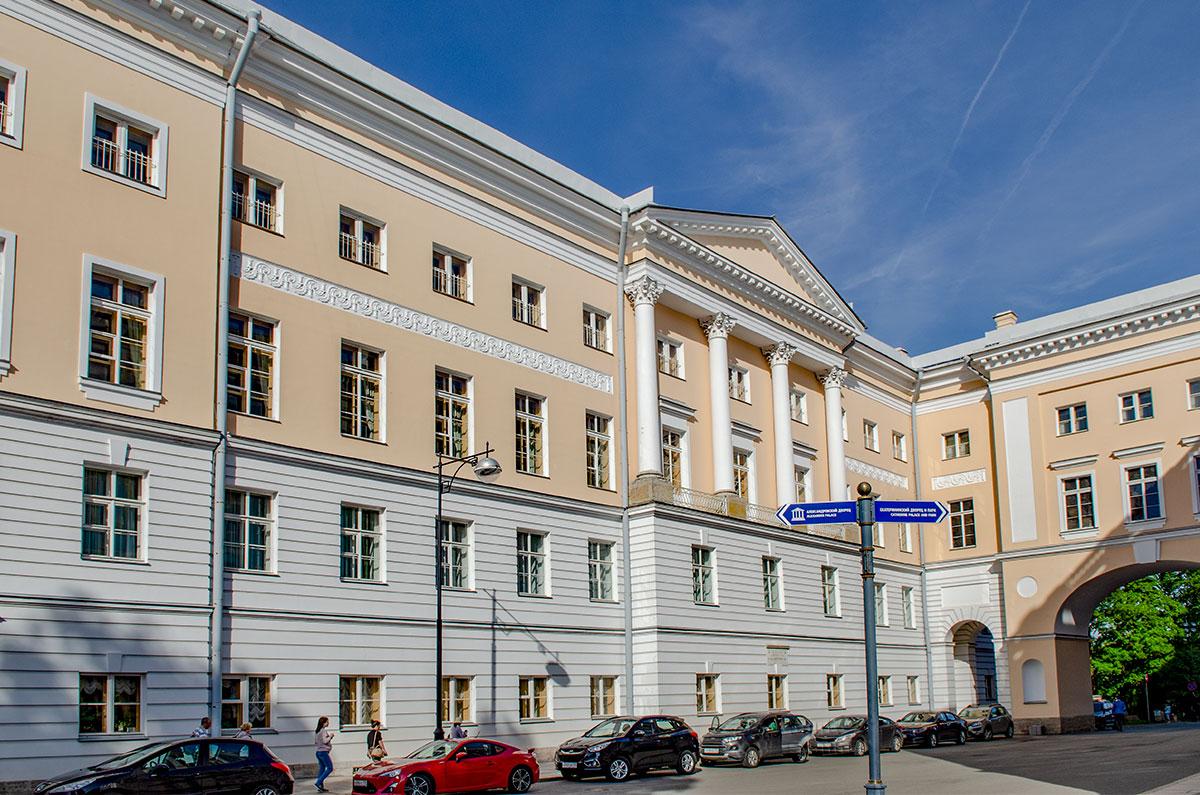 Архитектурные достоинства, присущие старинному зданию, вовсе не основное достояние Музея-лицея Пушкина, сохраняющего альма-матер великого литератора.