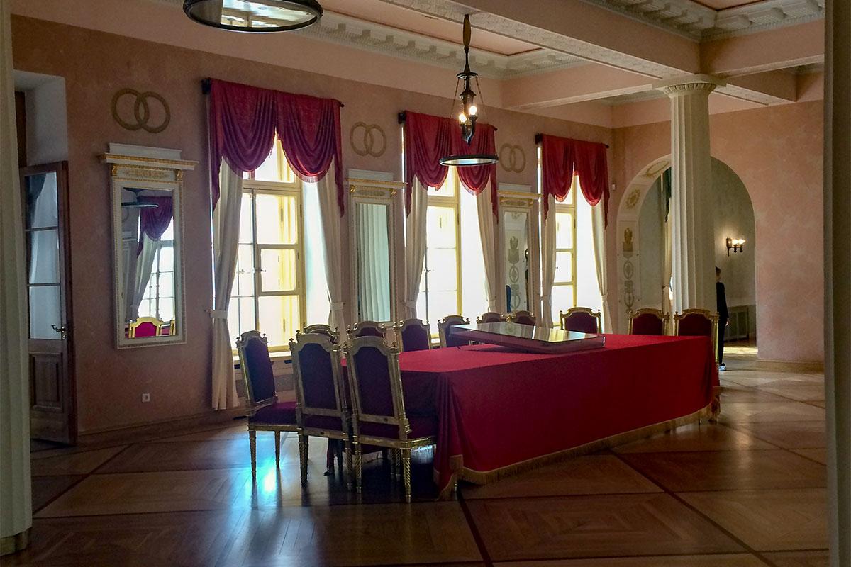 Музей-лицей Пушкина бережно сохраняет обстановку парадного зала, запечатленную на картине Репина о выступлении поэта на выпускном экзамене.