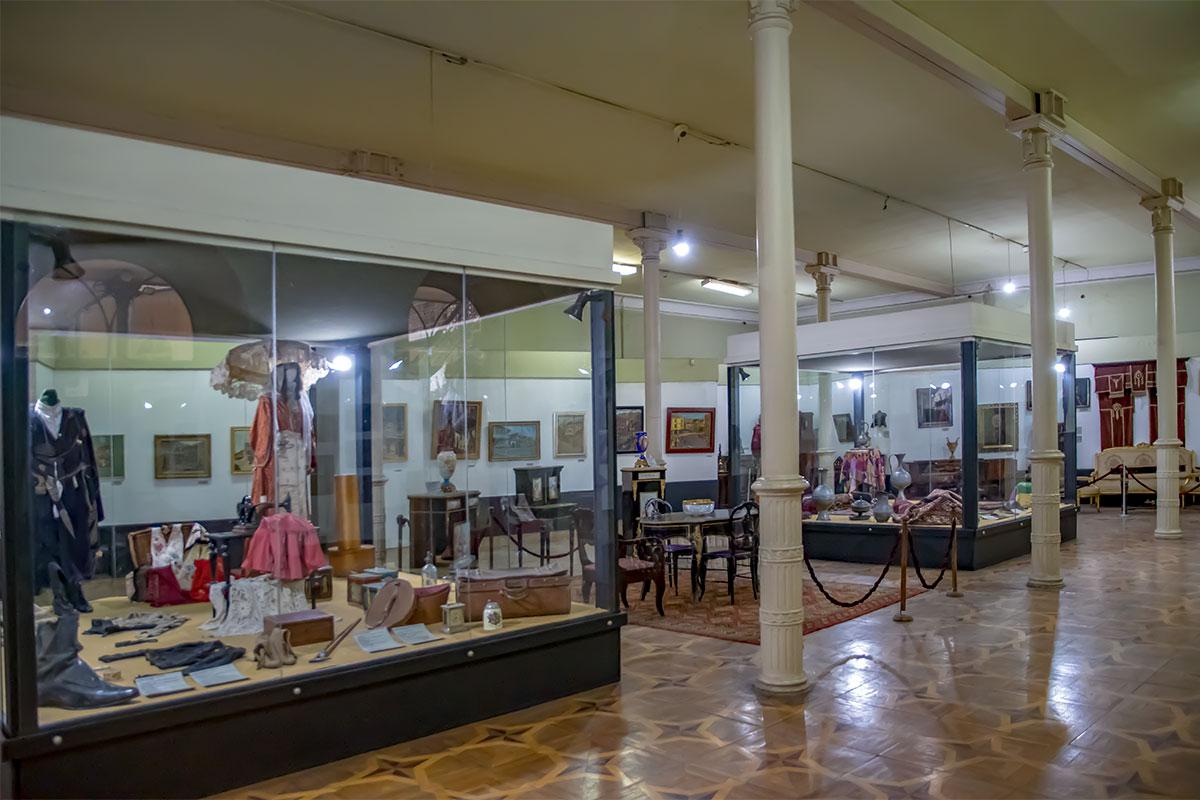 Второй этаж старинного караван-сарая, где сейчас Музей истории Тбилиси, целиком занят экспозицией краеведения, преимущественно XIX века.