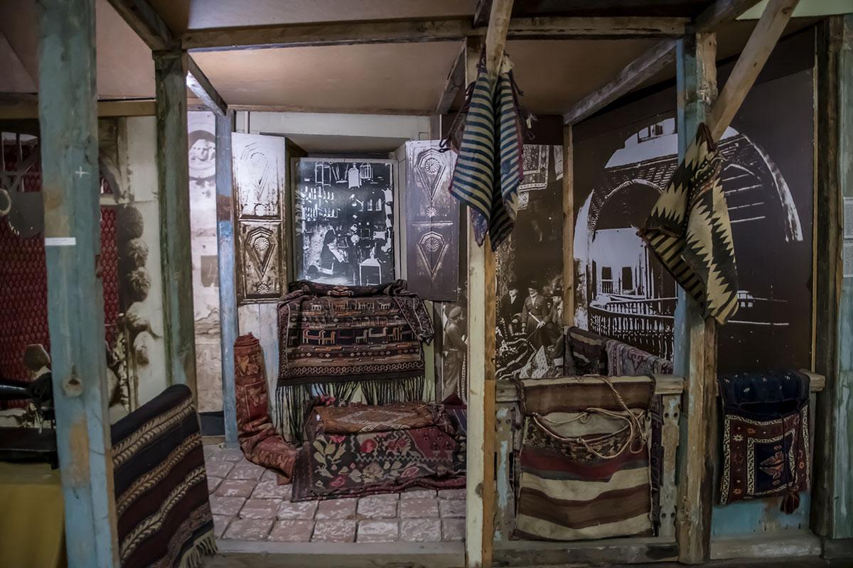 Музей истории Тбилиси наряду с натуральными, вещественными экспонатами активно и широко демонстрирует увеличенные старинные фотографии.