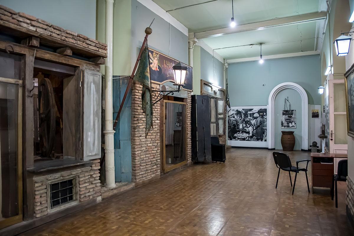 Некоторые экспонаты Музея истории Тбилиси даже оборудованы с использованием реальных строительных материалов, хотя находятся внутри здания.