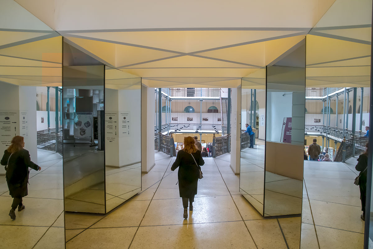Зеркальный коридор вестибюля несколько шокирует входящих в Музей истории Тбилиси, предстающий несколькими ярусами ажурных конструкций.