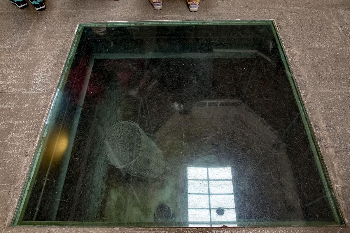 Первый этаж Музея истории Тбилиси практически полностью передан коммерсантам, экспонаты оригинальным образом размещены под ногами посетителей.
