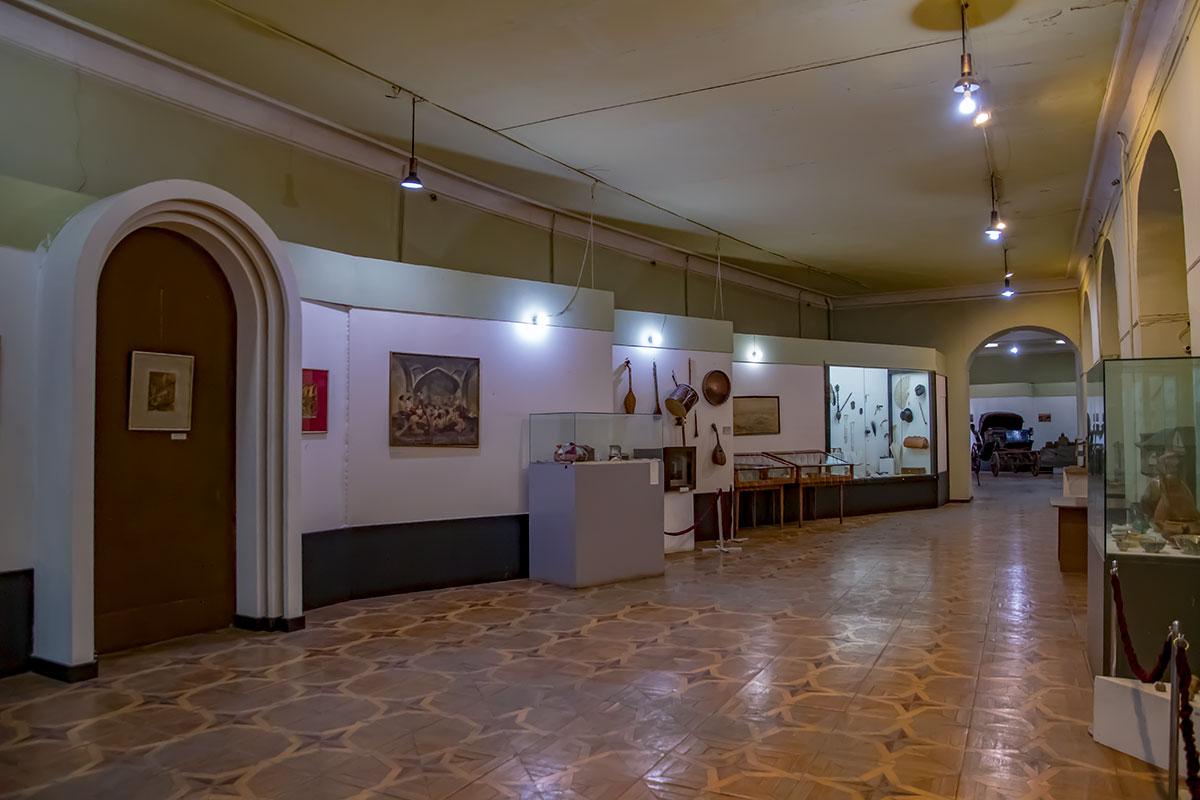 Занимая довольно старое здание, Музей истории Тбилиси несколько запустил состояние отделки стен и электрическую проводку, что недопустимо публичному учреждению.