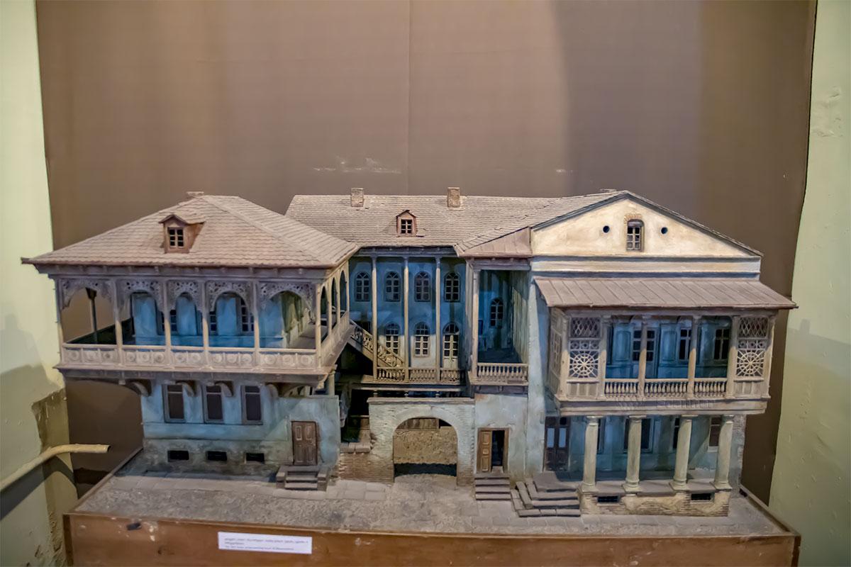 Один из макетов Музея истории Тбилиси демонстрирует типичное местное жилище с внутренним двориком и многочисленными балконами и верандами.