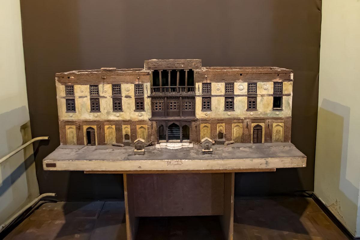 Некоторые модели старинных зданий, выставленные в Музее истории Тбилиси, сами явно нуждаются в неотложном вмешательстве реставраторов.