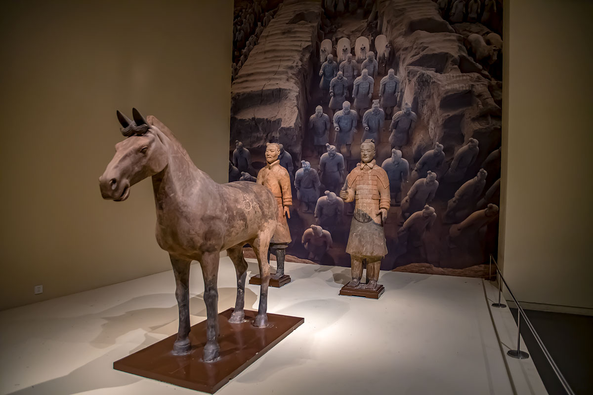 Терракотовая армия из гробницы императора Цинь Шихуанди представлена в Национальном музее Китая единичными статуями в полный рост и увеличенными фото.