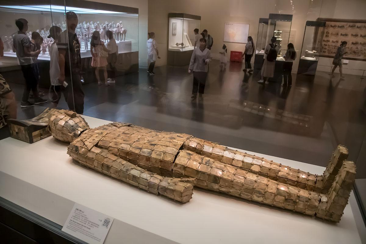 Пристальным вниманием посетителей Национального музея Китая пользуется погребальный костюм из пластинок нефрита, скрепленных золотой проволокой.
