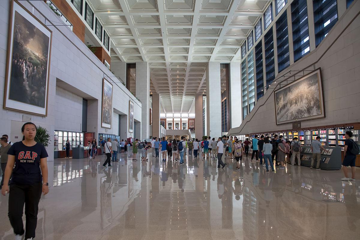 Просторный и вместительный вестибюль, которым Национальный музей Китая встречает своих многочисленных посетителей, оборудован в классическом стиле.
