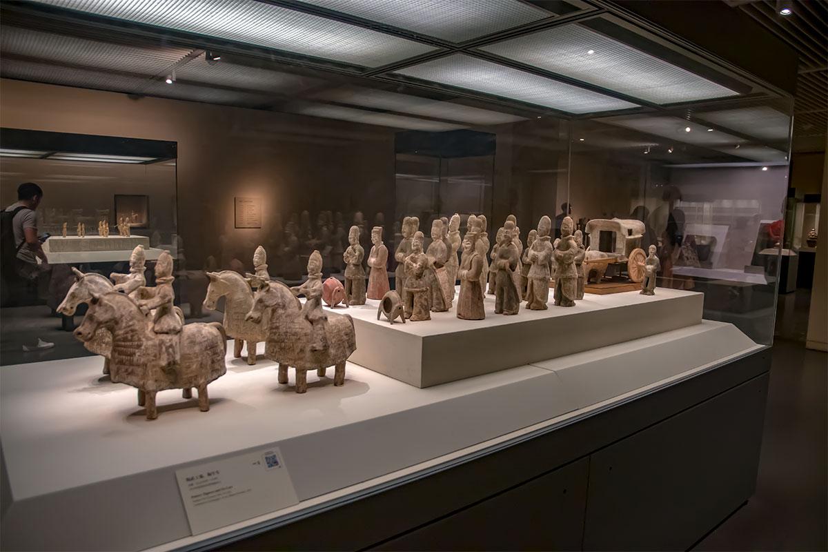 Глиняные изделия, обожженные в специальных печах, составляют значительную часть произведений искусства в Национальном музее Китая.