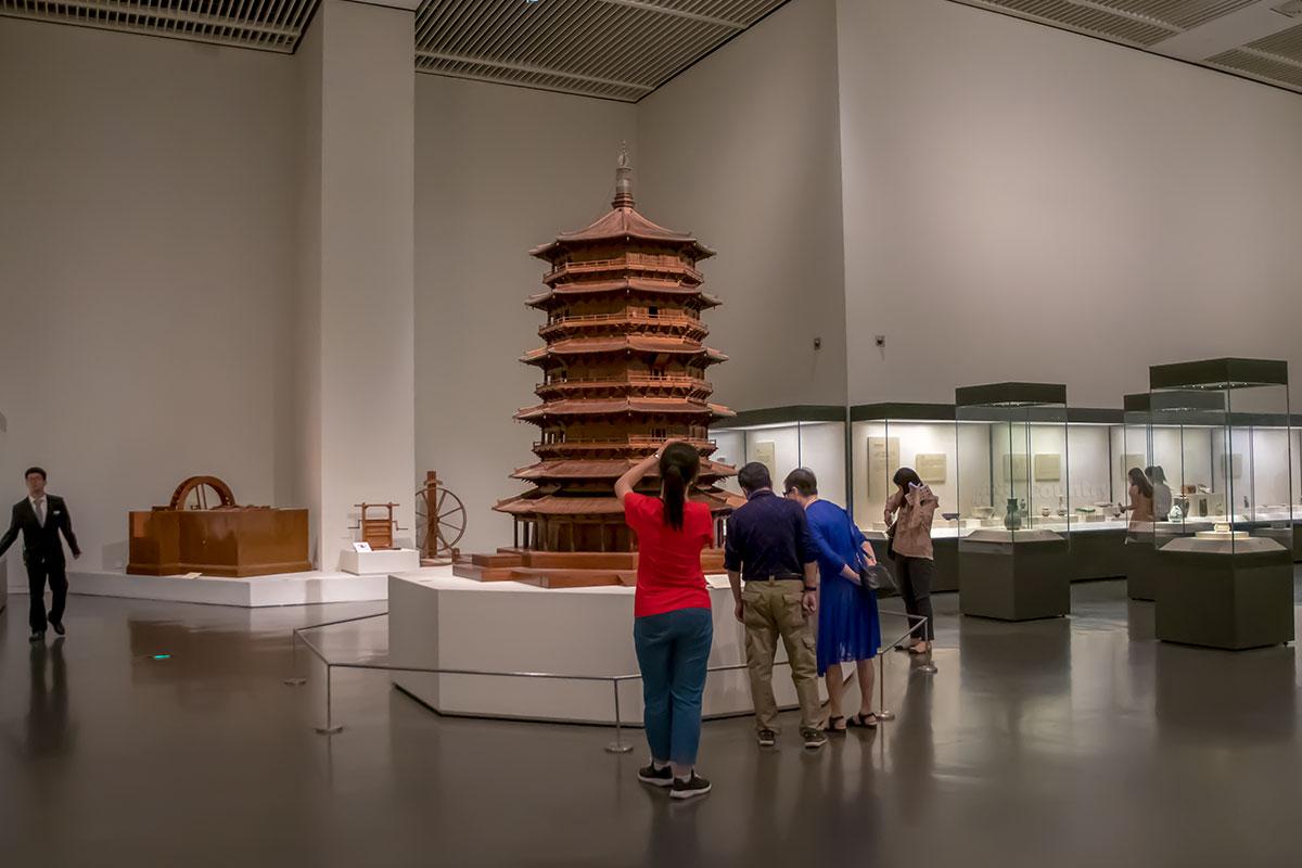 Сохранившаяся в реальности гигантская пагода, целиком изготовленная из древесины, представлена в Национальном музее Китая уменьшенным макетом.