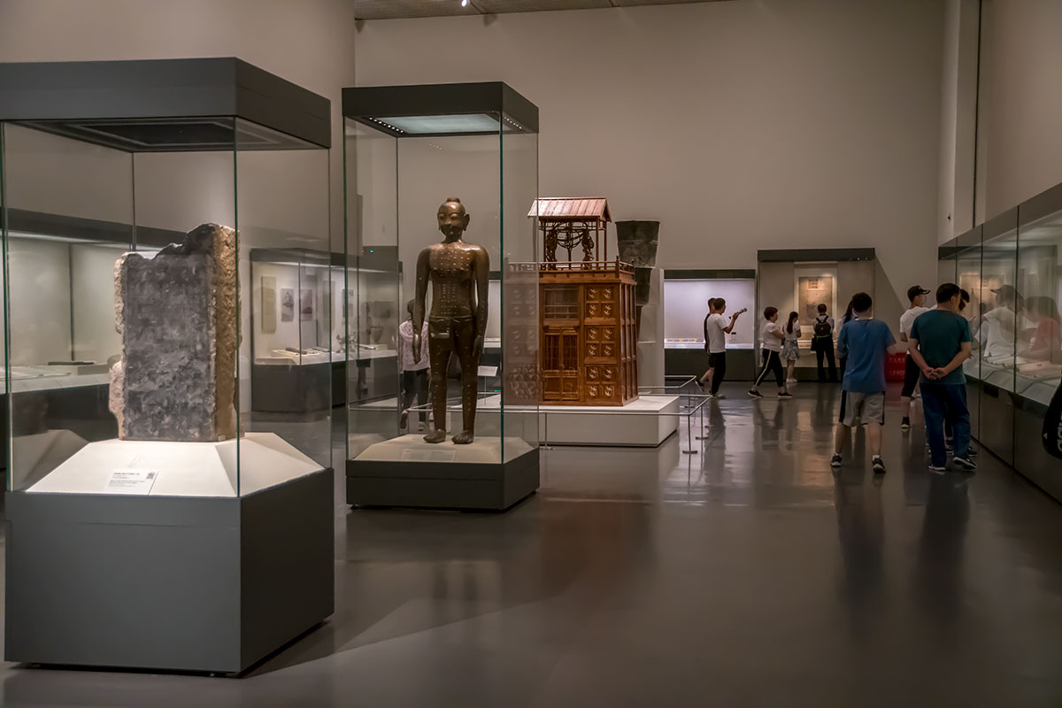 Среди многочисленных экспонатов Национального музея Китая внимание привлекает бронзовый манекен человека с обозначенными точками иглоукалывания.
