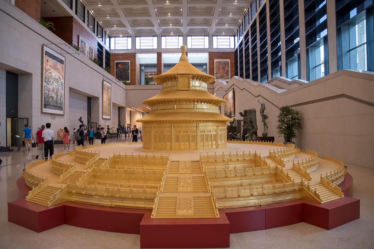 Одним из самых крупных экспонатов, размещенных в вестибюле Национального музея Китая, является уменьшенная копия национального символа, Храма урожая.