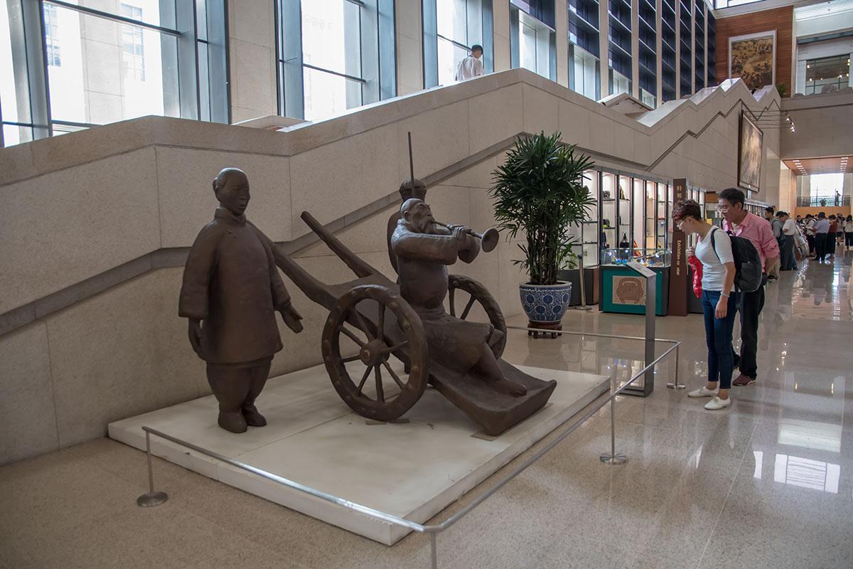 Национальный музей Китая выставил в вестибюле только наиболее габаритные и приметные экспонаты, гарантированно привлекающие внимание посетителей.