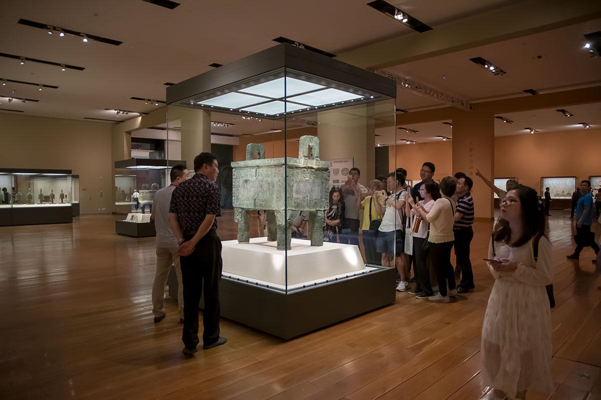Освоенное с древности бронзовое литье представлено в Национальном музее Китая многими жертвенными сосудами весом почти до тонны.