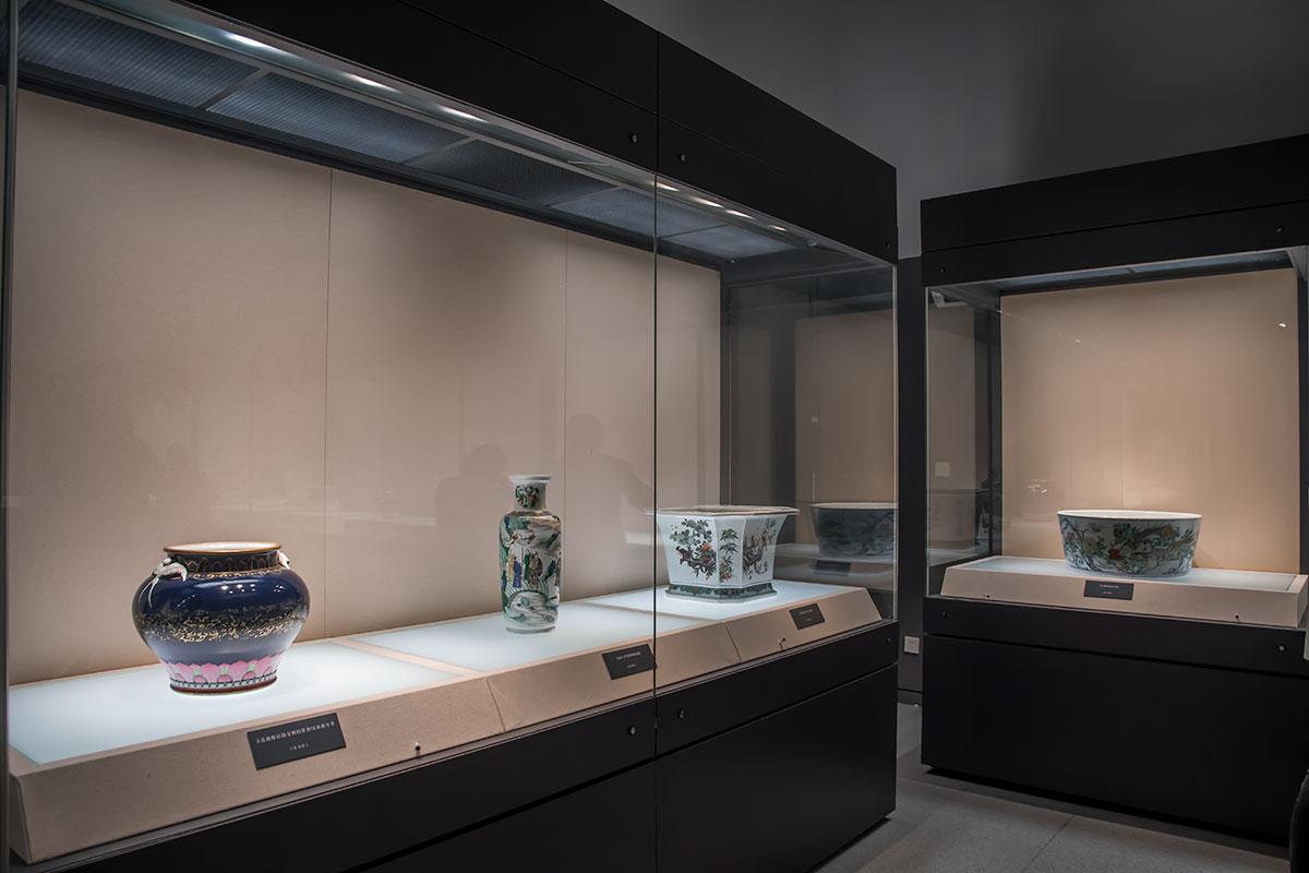 Экспозиция фарфоровых изделий из-за их местного изобретения заслуженно пользуется в Национальном музее Китая повышенной популярностью.