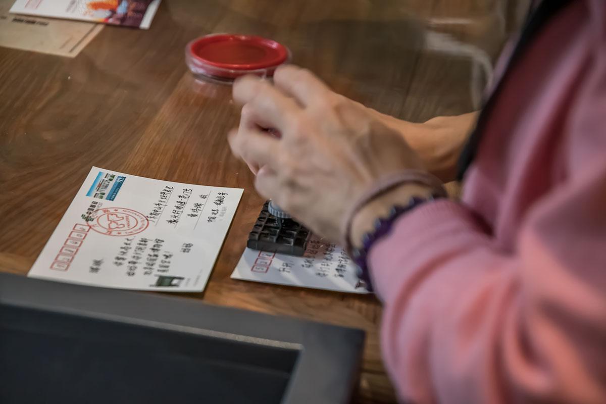 Национальный музей Китая предлагает своим посетителям широкий выбор сувенирных открыток, дополнив возможностью гашения фирменным штемпелем.