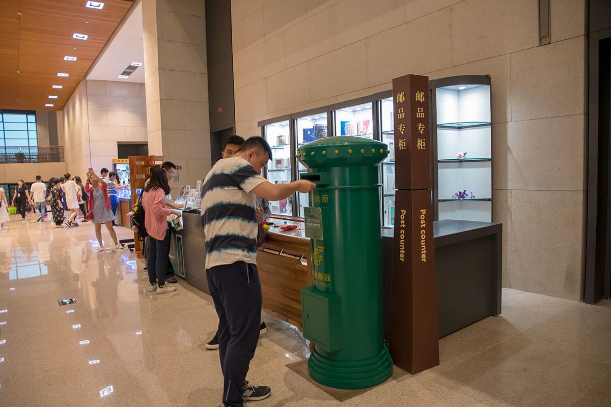 Прямо из вестибюля Национального музея Китая посетители могут отправить открытку на собственный либо любой другой адрес в любую страну.