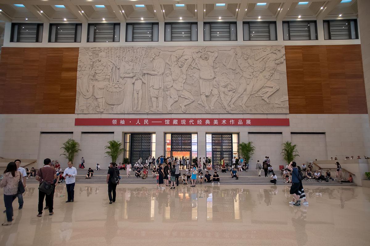 Вестибюль Национального музея Китая украшен громадным рельефным изображением работающих людей, символизируя главную ценность Поднебесной.