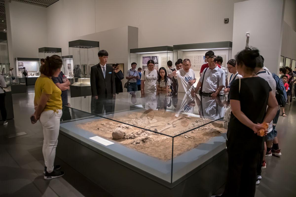 Обстоятельства и обстановка археологических раскопок воссоздана в Национальном музее Китая правдиво и натуралистично, с полной иллюзией присутствия.