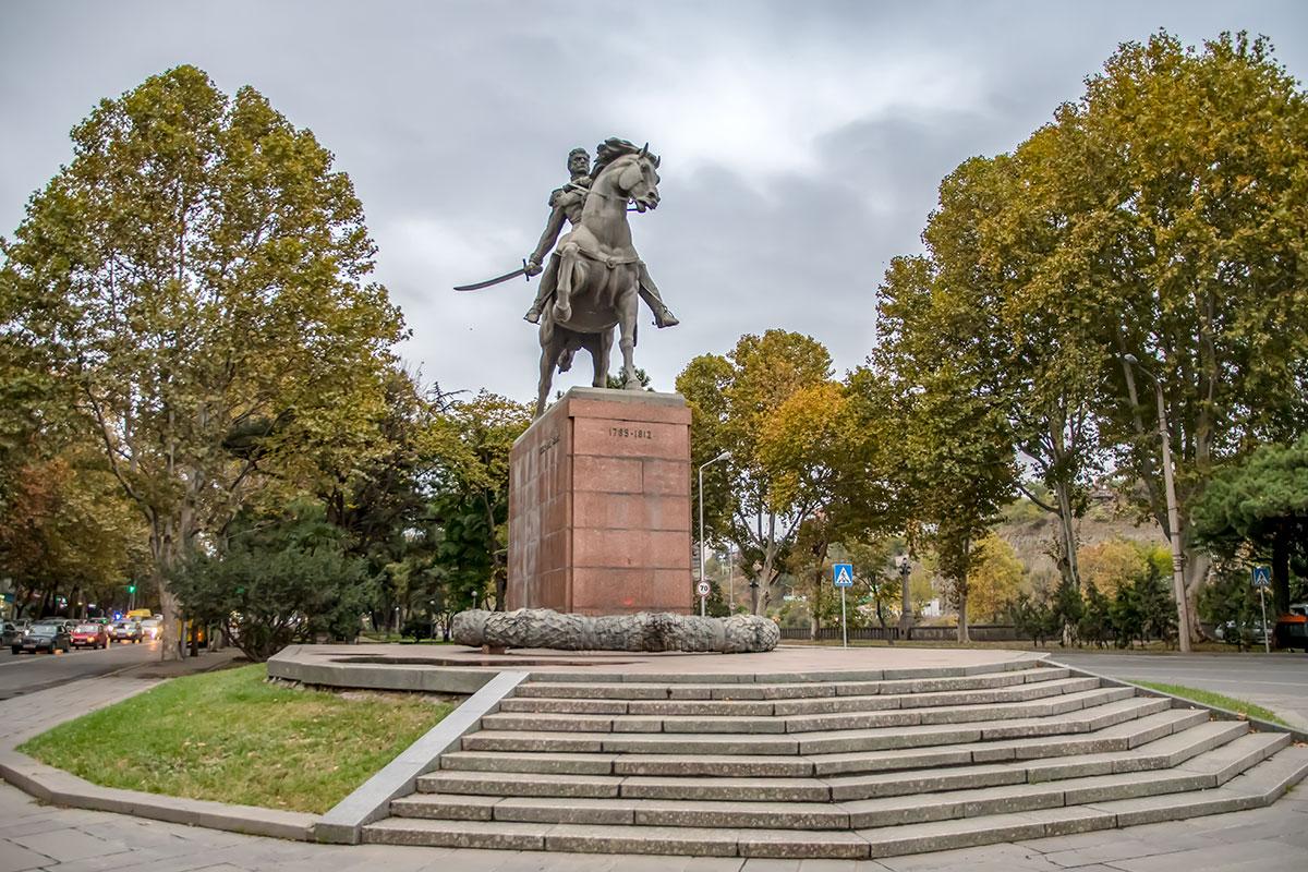 Установив памятник Багратиону в Тбилиси, грузины признали легендарного полководца собственным героем, хотя он от рождения россиянин.