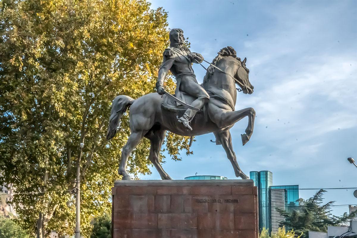 В художественном отношении памятник Багратиону в Тбилиси превосходен, московский вариант монумента – почти точная его копия, только сабля поднята вверх.