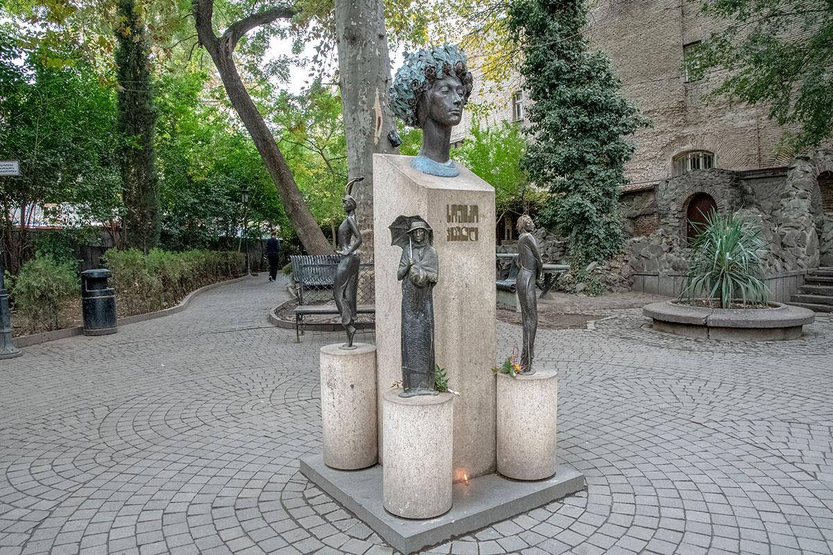 Мемориальный памятник Софико Чиаурели воздвигнут в центральном районе Тбилиси на следующий год после ее кончины.
