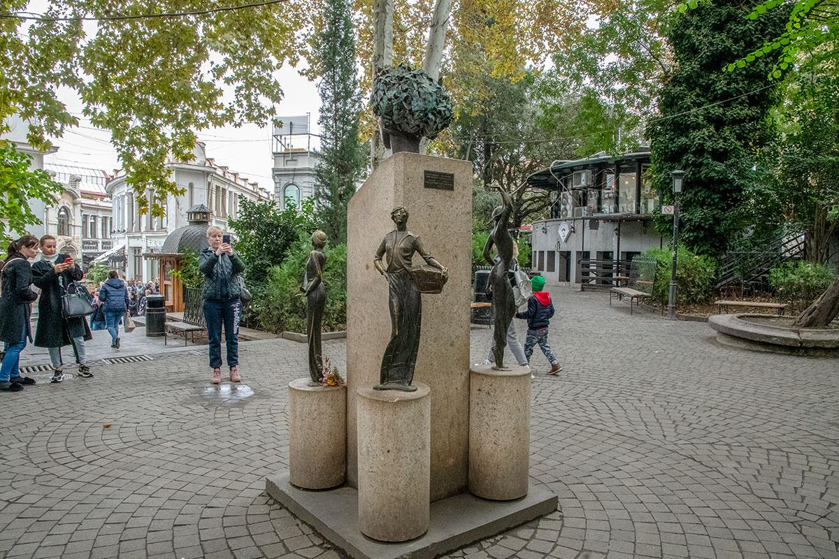 Памятник Софико Чиаурели состоит из центрального постамента с ее головой в одной из ролей фильма Цветы граната и четырех малых с фигурами.