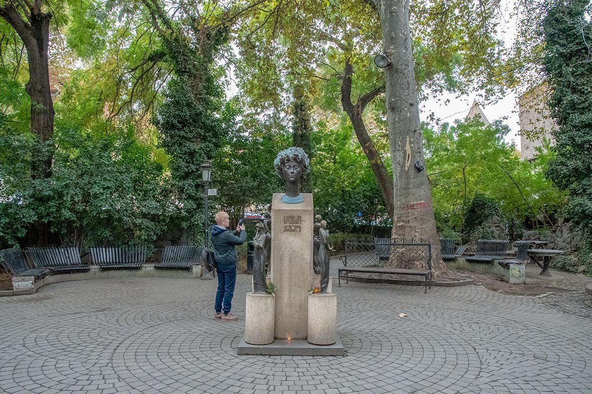 Сквер Сиони и памятник Софико Чиаурели стали неотъемлемой достопримечательностью центра Тбилиси, любимым местом отдыха туристов.