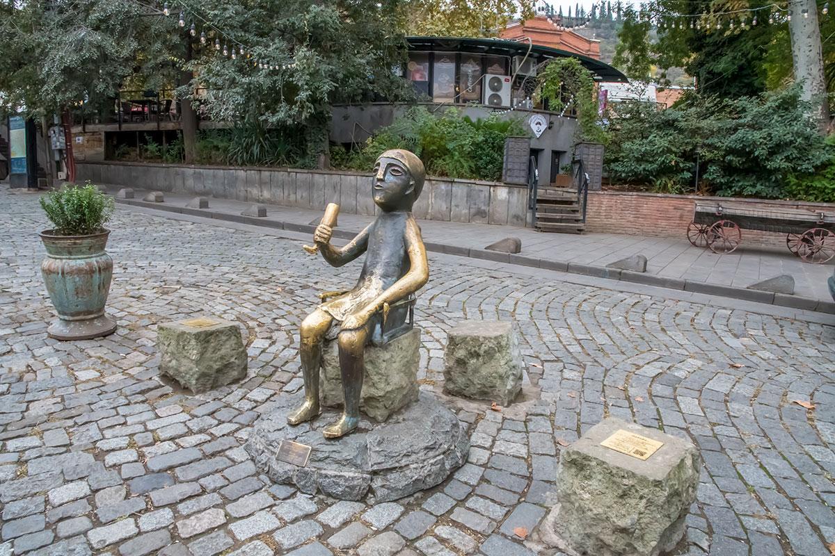 Тбилисская достопримечательность – памятник Тамаде скопирован с археологической находки, увеличенной в 17 раз керамической статуэтки.