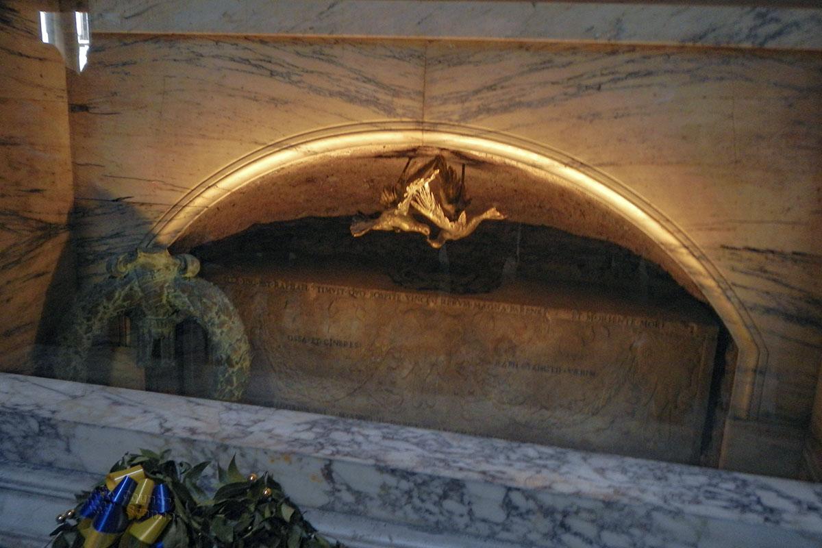 Кости и прах, как сказано в надписи на саркофаге с останками Рафаэля, погребены в Пантеоне в Риме рядом с надгробием несостоявшейся жены.