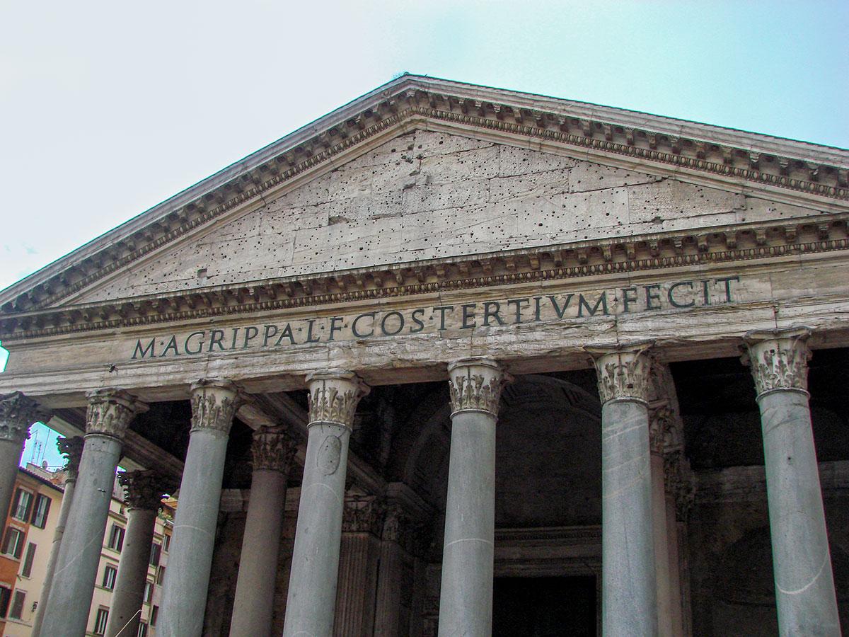 Одна из старейших архитектурных реликвий итальянской столицы – Пантеон в Риме, на площади Ротонды, строение с величайшим неармированным куполом.