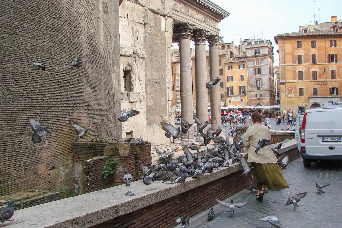 Пантеон в Риме является центром притяжения для многочисленных посетителей, стремящихся осмотреть наиболее сохранившийся памятник античной архитектуры.