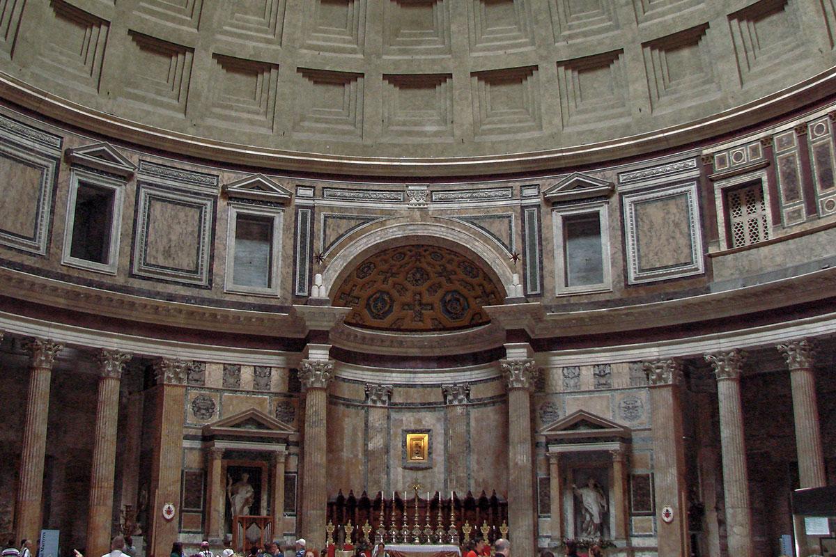 За 1800 лет своего существования Пантеон в Риме пережил разграбления и реставрации, превратившись из языческого святилища в христианскую базилику.